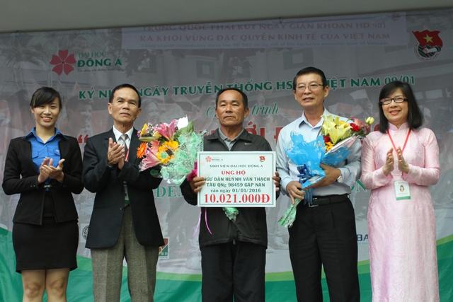 ĐH Đông Á trao 10 triệu đồng hỗ trợ cho ngư dân Huỳnh Văn Thạch, chủ tàu cá QNg 98459 gặp nạn trên biển vào ngày 1/1/2016. Ảnh Đức Hoàng
