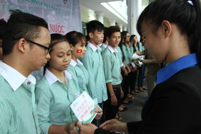 BCH Đoàn trường ĐH Đông Á trao vé xe cho sinh viên về quê đón Tết. Ảnh Đức Hoàng