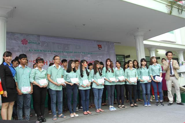 Hàng trăm vé xe được trao cho các bạn sinh viên về quê đón Tết. Ảnh Đức Hoàng