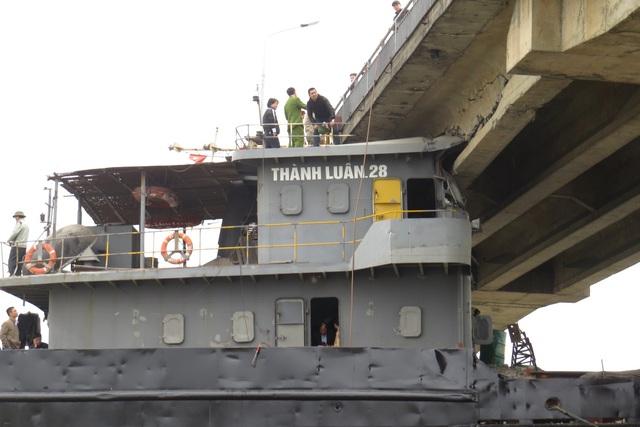 Hơn 1 tuần trôi qua, tàu Thành Luân 28 vẫn chưa được giải phóng khỏi cấu An Thái. Ảnh: Đ. Tuỳ