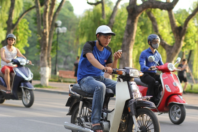 Điều này rất nguy hiểm cho cả người điều khiển xe máy và người đi đường.
