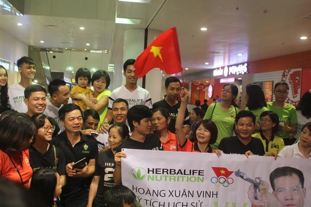21 giờ 30 phút tối nay (14/8), xạ thủ Hoàng Xuân Vinh đã về nước kết thúc một kỳ Oympic thành công và mang tính lịch sử của mình khi giúp đoàn thể thao Việt Nam lần đầu tiên có HCV ở thế vận hội lớn nhất hành tinh. Hàng nghìn cỗ động viên đã có mặt tại sân bay từ rất sớm để đón chòa người hùng.