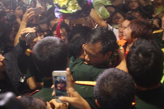 Hoàng Xuân Vinh ôm chặt đồng đội trong ngày trở về.