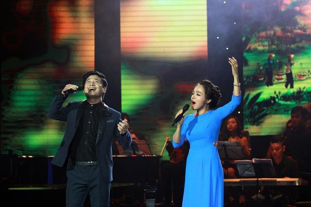 Tấn Minh và Lan Anh cùng nhau song ca bài Đất nước tình yêu.