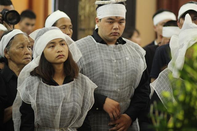 Nét mặt thẫn thờ của 2 người con nghệ sĩ Hán Văn Tình.