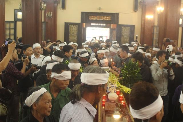 Dù 13h30 mới bắt đầu cử hành tang lễ nhưng 13h đã có rất đông người thân, anh em, nghệ sĩ và khán giả có mặt tại nhà tang lễ Phùng Hưng để tiễn biệt Chu Văn Quềnh