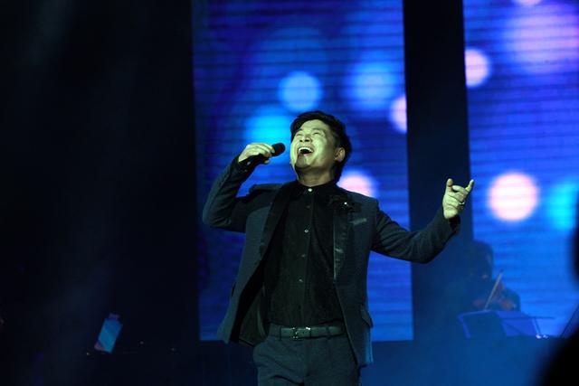 Trong chương trình, NSƯT Tấn Minh gây thích thú cho khán giả, khi hát liền một mạch 5 ca khúc.