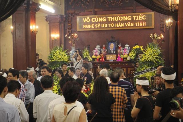 Dòng người đến viếng càng ngày càng đông. Rất nhiều bạn sinh viên quê Phú Thọ đang học tập tại Hà Nội cũng đến viếng người nghệ sĩ bạc mệnh.