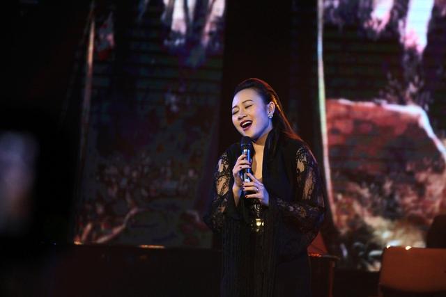 Tham dự đêm nhạc, nữ ca sĩ Khánh Linh đóng góp 3 bài hát: Họa mi hót trong mưa, Giấc mơ trưa và ca khúc Mùa hoa trở lại.