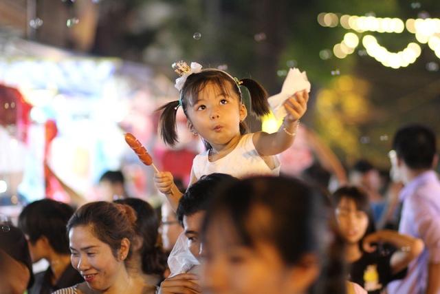 Không chỉ được đi chơi Trung thu sớm, nhiều cô bé, cậu bé còn được bố mẹ cho diện những bộ quần áo đẹp nhất để đi chọn lựa đồ chơi, ngắm phố phường.