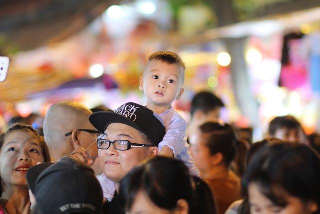 Nhiều em bé hớn hở khi được bố mẹ dẫn đi dạo ở phố Trung thu. Đây là dịp để các bé được sở hữu những món đồ chơi ưa thích.