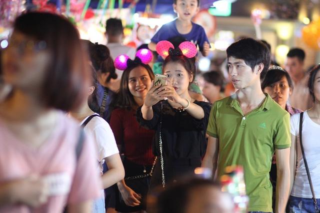 Đây cũng là dịp các bạn trẻ dắt nhau đi chơi, mua sắm những món đồ, chụp ảnh dọc phố Hàng Mã.