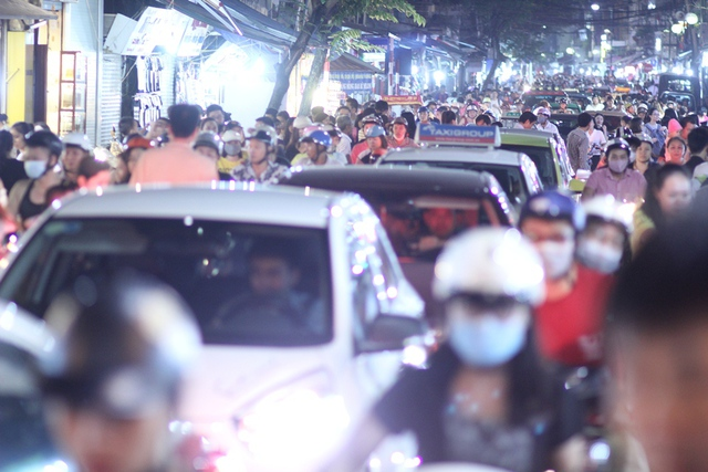 19 giờ tối, các ngả đường dẫn vào phố Hàng Mã đã tấp nập người qua lại. Ngay từ phố Hàng Cót, Hàng Gà, đã đông nghẹt người và xe nối đuôi nhau nhích từng mét. Lượng người quá đông khiến việc gửi xe vào phố Hàng Mã chơi Trung thu khá vất vả.