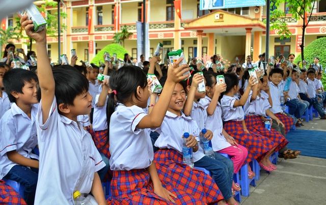 Niềm vui uống sữa của trẻ em tỉnh Ninh Bình.