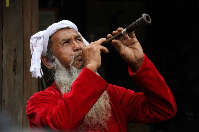 Một nghệ nhân biểu diễn điệu kèn của dân tộc mình tại Festival...