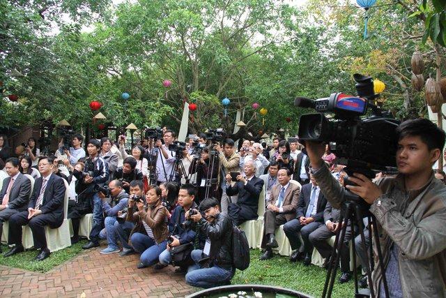 Rất đông phóng viên các cơ quan báo chí trong và ngoài nước đưa tin về sự kiện này.