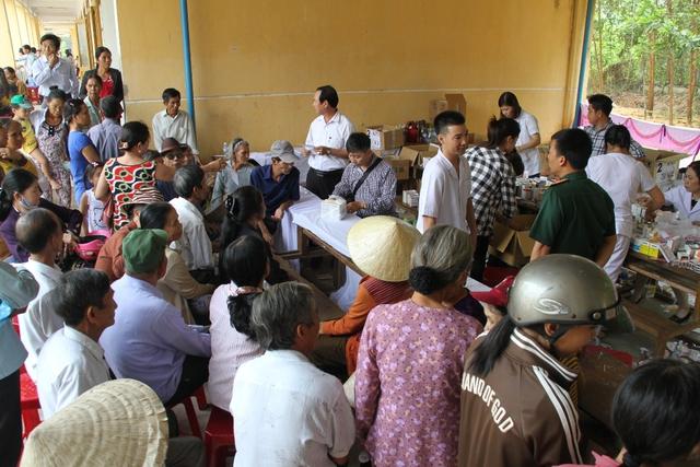 Người dân xã Quế Phong, huyện Quế Sơn đến khuôn viên trường học từ sớm để được khám bệnh, phát thuốc miễn phí...