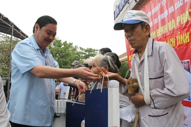 Ông Nguyễn Văn Tuấn, Tổng GĐ Cty CP Sông Thu, Chủ tịch Hội đồng hương Quảng Nam tại TP.Hồ Chí Minh tặng quà cho các gia đình chính sách ở xã Quế Phong, Quế Sơn
