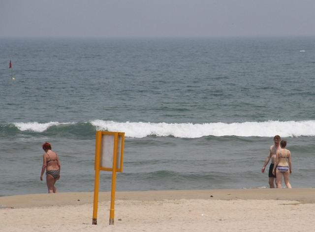 Du khách nước ngoài tắm biển Sơn Trà trưa ngày 27/4...Ảnh: Đức Hoàng