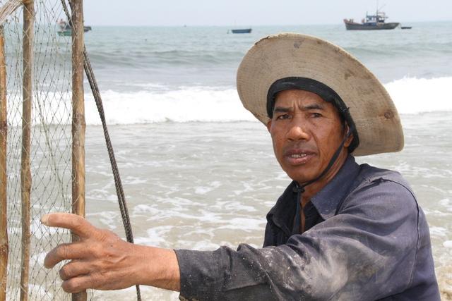 Ngư dân Hoàng Ngọc Ánh: Chúng tôi có thấy một vài con cá chết trôi vào bờ, nhưng với kinh nghiệm làm nghề thì đó là những con cá mắc lưới qua đêm lâu quá nên bị thối, ngư dân gỡ ra rồi vứt đi. Ảnh: Đức Hoàng