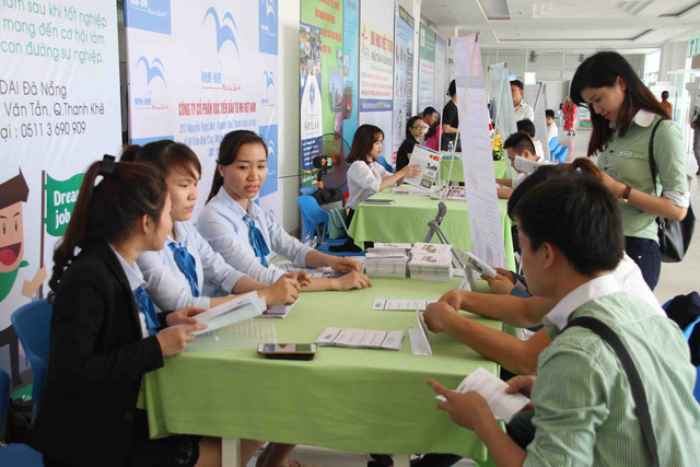 Nhiều sinh viên tìm hiểu nhu cầu tuyển dụng của các doanh nghiệp Nhật Bản. Ảnh: Đức Hoàng