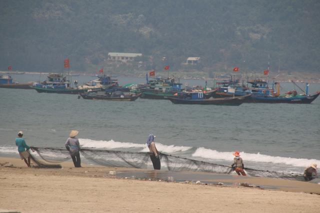 ...Ngư dân vẫn đánh cá gần bờ bình thường. Ảnh: Đức Hoàng
