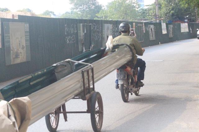 Tôn được bịt hai đầu và vận chuyển bằng loại xe tự chế đặc biệt lưu thông ở khu vực Định Công (quận Hoàng Mai)