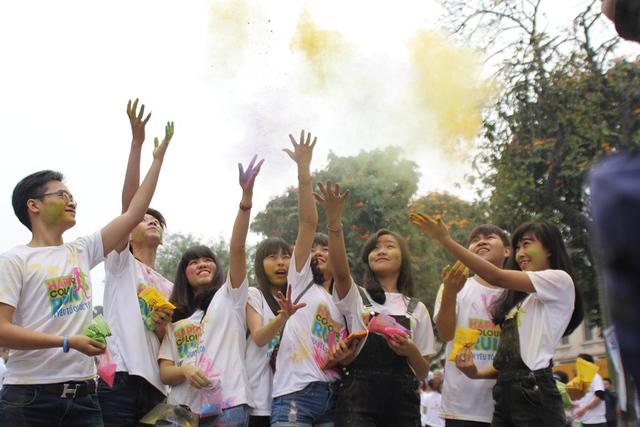 Hàng nghìn bạn trẻ được phát các gói bột để tung màu vào người, tạo nên cảm giác phấn khích cho người tham gia.