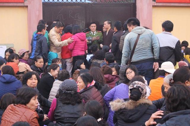 Vì số lượng quá đông nên nhà chùa phải đống cửa, tiến hành làm lễ ở ngoài.