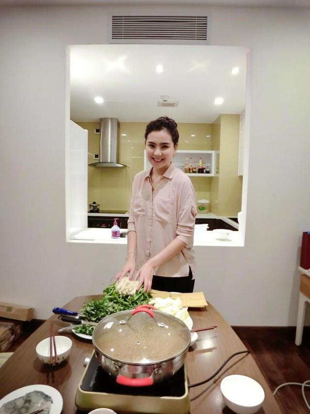 """Sau những giờ làm việc căng thẳng, Mai Ngọc trở về làm """"đầu bếp"""" tại gia"""