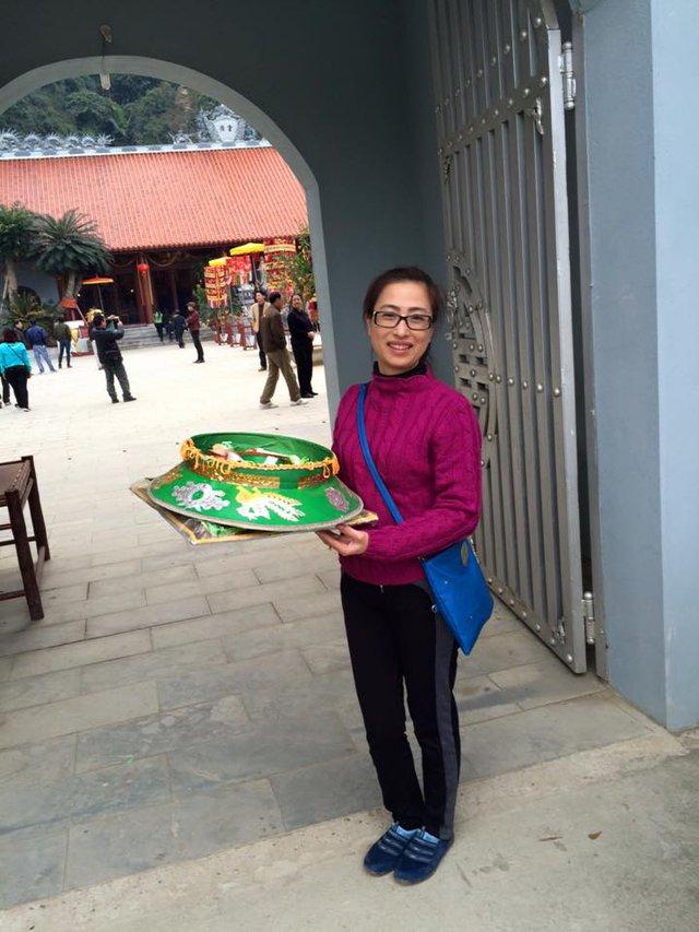 Khách bưng trên tay mâm đồ lễ ban chúa Sơn Trang, vui vẻ chụp ảnh kỷ niệm