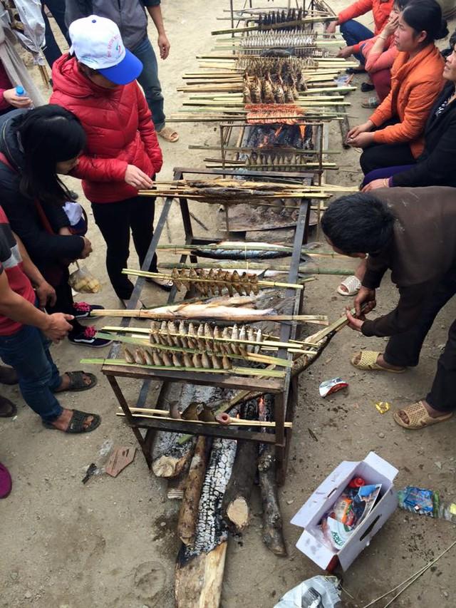Người dân bản địa nướng cá không kịp để bán cho khách