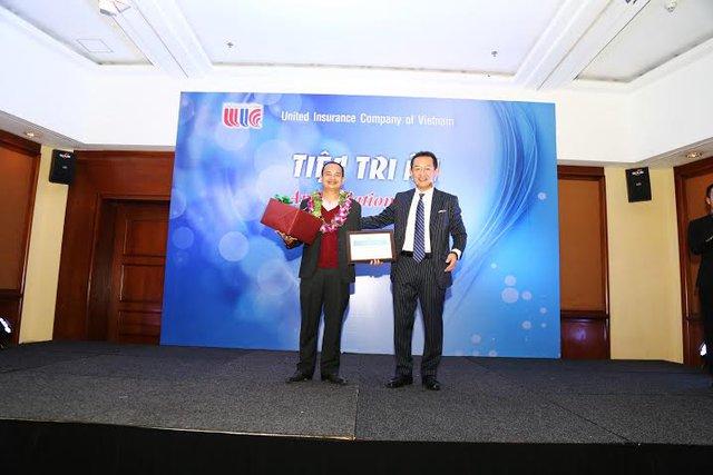 Anh Lưu Hùng Kiên - CEO eBaohiem nhận giải thưởng kênh bán bảo hiểm sức khỏe xuất sắc nhất của UIC năm 2015