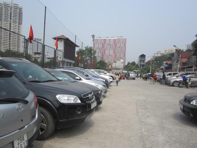 Xe vào bãi được bảo vệ yêu cầu đỗ đúng hàng lối để dành chỗ cho người đi bộ