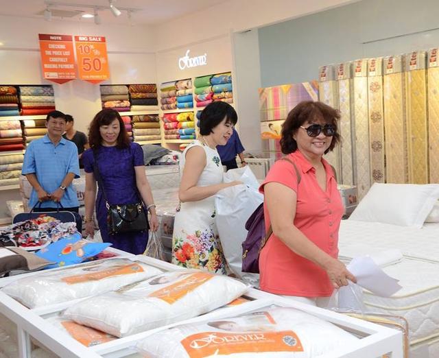 Bà Nguyễn Thị Hảo (áo hồng) - Khách hàng của Forever