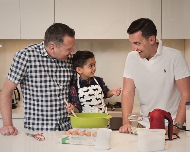 Mặc dầu vậy, sáu tháng trước, anh Jarrad bắt đầu để ý thấy nhiều người theo dõi tài khoản mạng của gia đình mình không chỉ là người thân, bạn bè mà cả những người đồng tính nam đang muốn trở thành bố.