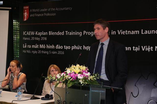 """Cũng tại buổi họp báo, ngài Giles Lever – Đại sứ Anh Quốc tại Việt Nam nhấn mạnh: """"Tôi thật sự vui mừng khi hai tổ chức của Anh quốc hợp tác cùng nhau để cố gắng tạo ra cơ hội cho sinh viên Việt Nam tiếp cận với chứng chỉ quốc tế về tài chính và kế toán."""