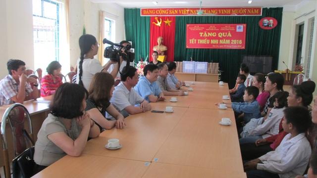 PGS.TS. Nguyễn Thanh Long - Thứ trưởng Bộ Y tế nói chuyện với các bà mẹ nhiễm HIV và các cháu