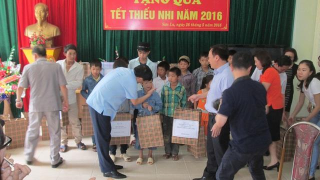 Và tặng quà cho các cháu nhiễm HIV tại tỉnh Sơn La