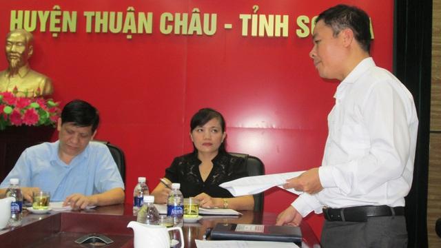 Đồng chí Nguyễn Đức Thặng - Phó Chủ tịch UBND huyện Thuận Châu báo cáo về công tác phòng, chống HIV/AIDS của huyện