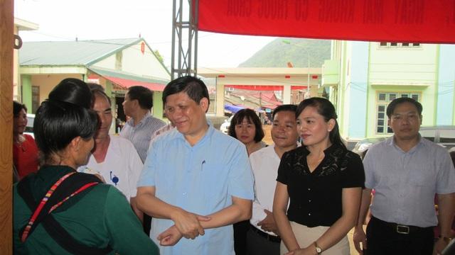 PGS.TS. Nguyễn Thanh Long và đồng chí Lường Thị Vân Anh – Bí thư huyện Ủy Thuận Châu thăm bệnh nhân đang điều trị tại bệnh viện huyện