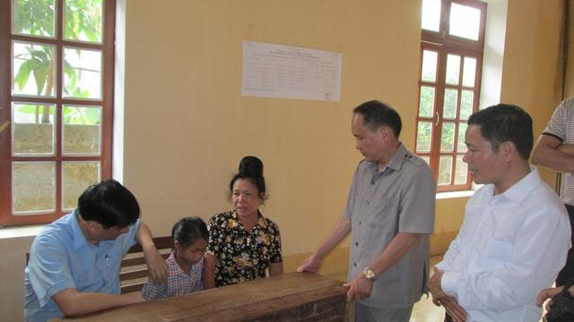 PGS.TS. Nguyễn Thanh Long thăm và tặng quà cho một cháu nhiễm HIV tại bản Nà Cà, xã Phổng Lăng, huyện Thuận Châu