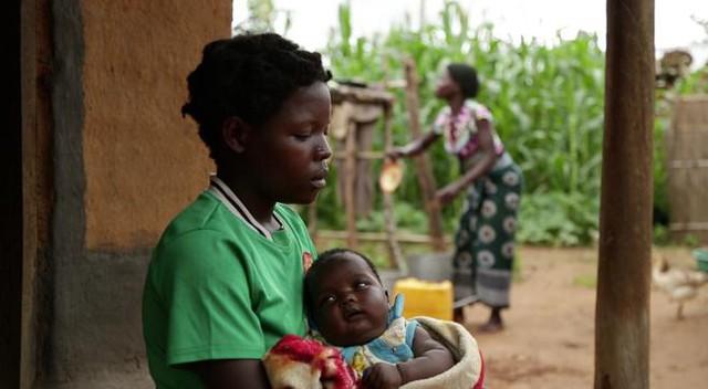 Một bé gái có con ở tuổi 14 tại làng Kanduku, Malawi. Photo: Human Rights Watch