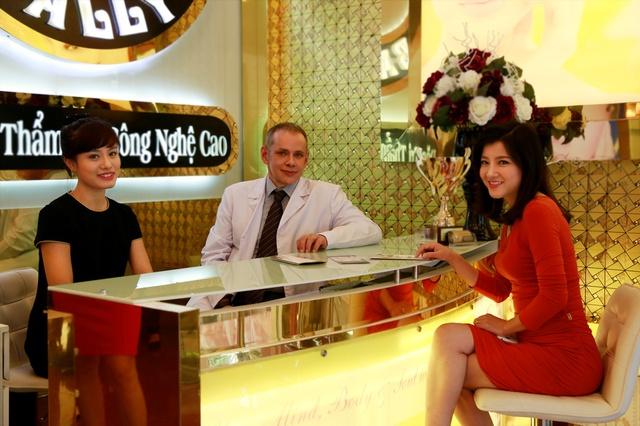 Dr. Boris Kunsevitsky tư vấn cho khách hàng Bally