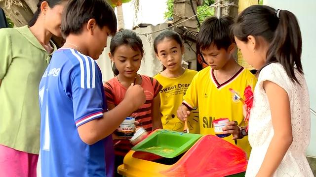 """Trẻ em tại huyện đảo trang trí cho những """"Thùng rác An Trĩ Vương"""""""