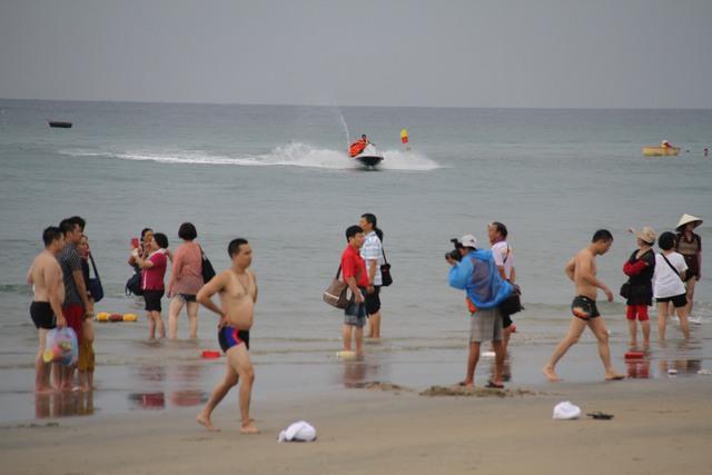 Du khách tham quan bãi biển Đà Nẵng. Ảnh: Đức Hoàng