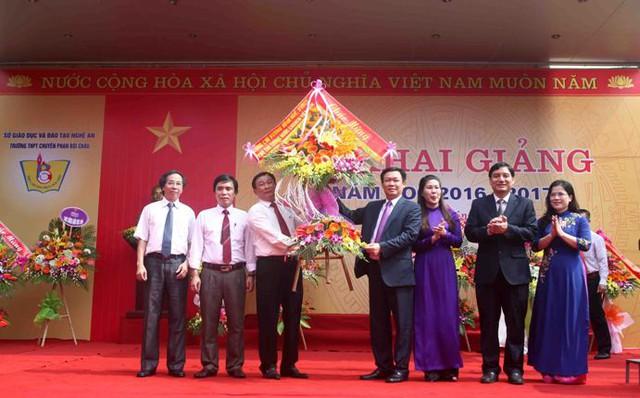 Phó Thủ tướng tặng hoa cho tập thể lãnh đạo, giáo viên trường THPT chuyên Phan Bội Châu