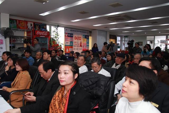 Các bác sĩ bệnh viện Việt Hưng cùng khách mời và người nhà bệnh nhân tại lễ hưởng ứng