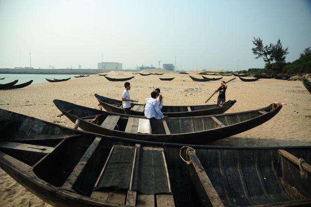 Tìm đến xã Kỳ Lợi (huyện Kỳ Anh, Hà Tĩnh) sau hơn 20 ngày kể từ khi xảy ra hiện tượng cá biển chết hàng loạt, hàng ngàn hộ dân ở vẫn chưa biết xoay sở ra sao để lo cho cuộc sống của gia đình. Người dân nơi đây sống chủ yếu vào nghề đánh bắt.