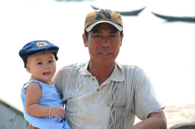 Ngư dân Lê Lâm (xã Kỳ Lợi, Kỳ Anh) cho biết, từ ngày nghỉ ra khơi hôm nào ông cũng bế cháu ra biển chơi cho khỏi nhớ biển. Cuộc sống của cả gia đình ông trông chờ vào những chuyến ra khơi. Ông hy vọng nhà nước sớm tìm ra nguyên nhân để ông tiếp tục dược mưu sinh.